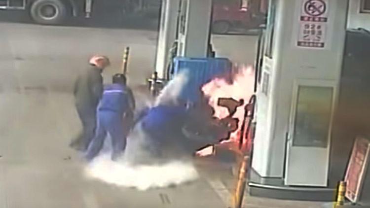 Video: Un hombre incendia su propia moto en una gasolinera en China