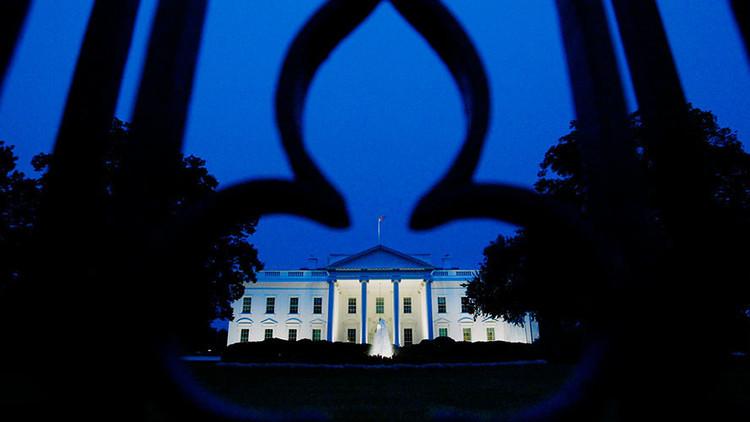 Unas raras luces rojas iluminan dos ventanas de la Casa Blanca
