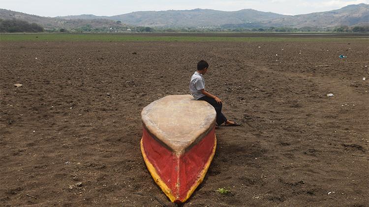 """""""Los niños mueren de hambre"""": La terrible realidad de una laguna guatemalteca afectada por El Niño"""