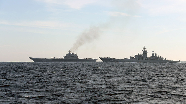 Video: El 'vade retro' de un crucero ruso a un destructor británico que se acerca demasiado
