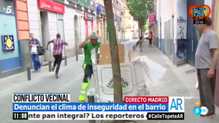 VIDEO: Apedrean en directo a un reportero que denuncia la inseguridad en un barrio madrileño