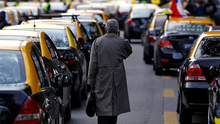 VIDEO: Un taxista chileno roba a dos turistas argentinas y atropella a un joven colombiano