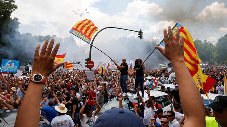 """Los taxistas en España, en pie de guerra: manifestación contra la """"competencia desleal"""""""