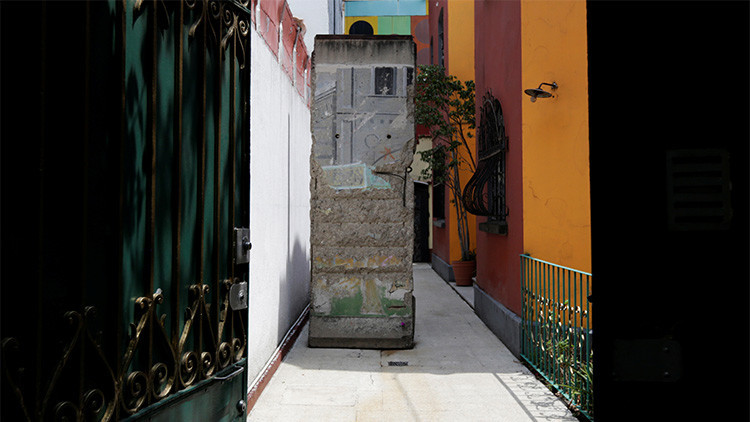 Subastan en México tres toneladas del muro de Berlín