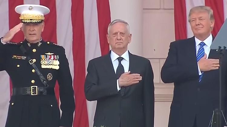 Internautas se mofan de Trump por canturrear el himno nacional durante un acto solemne (VIDEO)