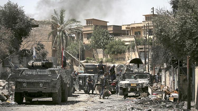 Video: Lanza su buldócer contra un coche bomba en Mosul