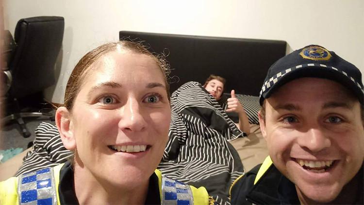 Policías se toman una selfi con un joven borracho tras acompañarlo hasta su cama