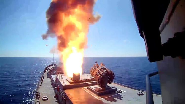 Una fragata y un submarino rusos lanzan 4 misiles Kalibr contra el EI en Palmira