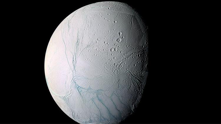 Un asteroide pudo inclinar una luna de Saturno