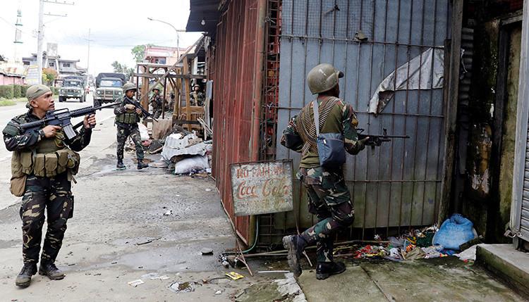 Ejército filipino busca liberar a 2.000 civiles mientras combate a yihadistas