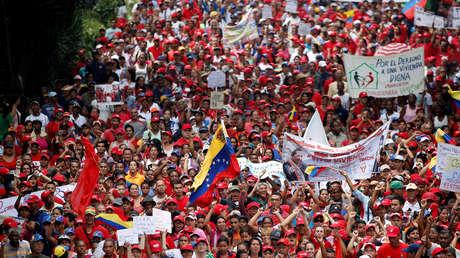 Partidarios del presidente de Venezuela, Nicolás Maduro, se manifiestan en respuesta a la marcha opositora en Caracas, Venezuela, 19 de abril de 2017.