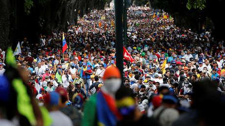 Manifestantes opositores asisten a una marcha contra el presidente de Venezuela, Nicolás Maduro, en Caracas, Venezuela el 1 de mayo de 2017.