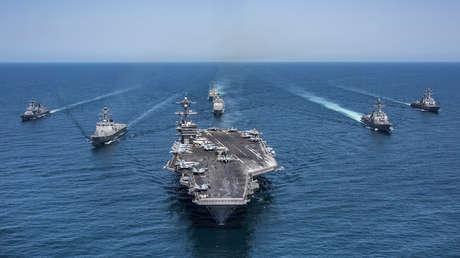 La Armada surcoreana junto a la Armada de EE.UU.  navegan en aguas del Océano Pacífico junto al portaviones Carl Vinson.