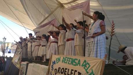 Niños de la Sierra Norte de Puebla participan en una protesta contra proyectos mineros, hidroeléctricas y fracking en su territorio.