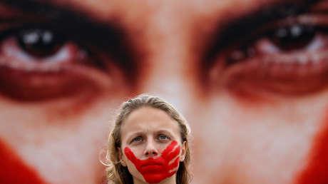 Una activista protesta en la playa de Copacabana, Río de Janeiro, contra el maltraro sexual a las mujeres en Brasil. 6 de junio de 2016.