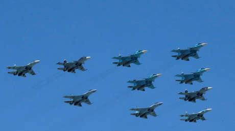 Una formación de cazas rusos Su-35 participan en el desfile del Día de la Victoria en Moscú. 9 de mayo de 2016.