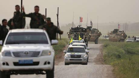 Militantes kurdos encabezan un convoy estadounidense cerca de la frontera con Turquía, 28.04.2017