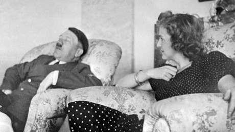 Imagen sin fecha y sin localización conocida de Hitler relajándose junto a Eva Brown.