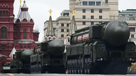 Los misiles balísticos cruzan la Plaza Roja durante un desfile militar