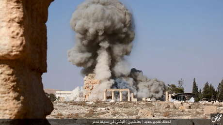 Imagen distribuida por el EI destruyendo un antiguo templo en la ciudad de Palmira, 26 de agosto de 2015.