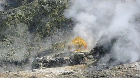 Azufre en un cráter de Solfatara, en los Campos Flégreos, Italia.