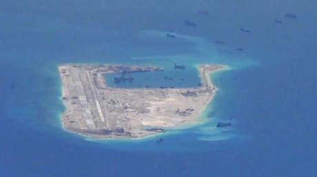 Buques chinos cerca del arrecife Fiery Cross en el mar de la China Meridional.