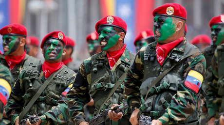 Varios soldados venezolanos marchan en el desfile por la celebración del 205.° aniversario de la independencia de Venezuela.