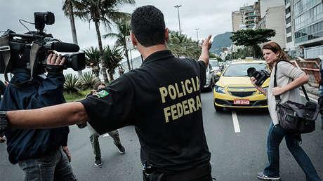 Un agente de la Policía Federal controla el tráfico después de examinar una de las propiedades del senador Aecio Neves, Río de Janeiro (Brasil), el 18 de mayo de 2017
