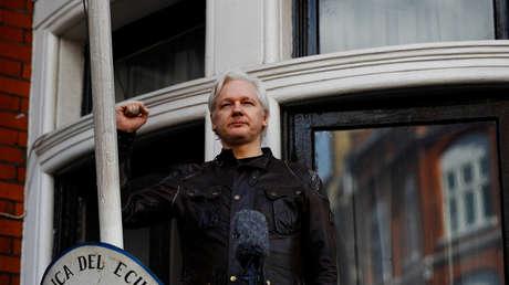 Julian Assange habla en el balcón de la Embajada de Ecuador en Londres, el 19 de mayo de 2017.