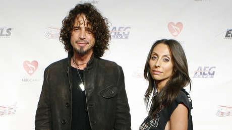 Chris Cornell y su esposa arriban al evento Persona del año MusiCares, realizada en honor al compositor Neil Diamond. Los Angeles, 6 de febrero de 2009.