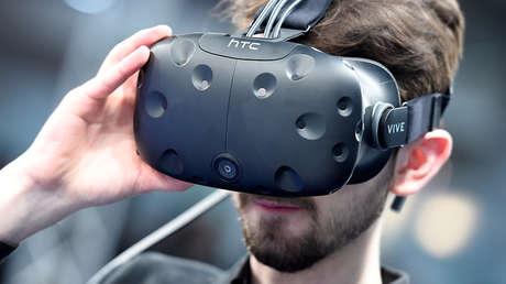 Visitante utilizando unas gafas de realidad virtual durante el CeBIT, la mayor feria tecnológica del mundo, que se celebra en Hannover (Alemania)