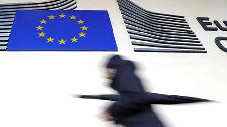 Mujer pasa por delante del edificio de la Comisión Europea, en Bruselas