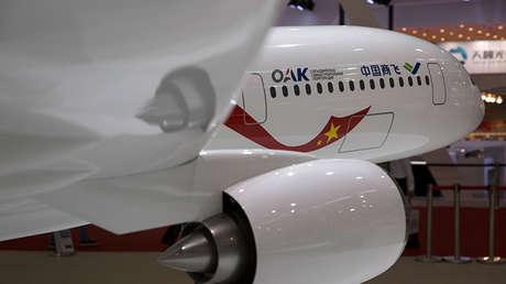 Una maqueta de un avión Comac C929