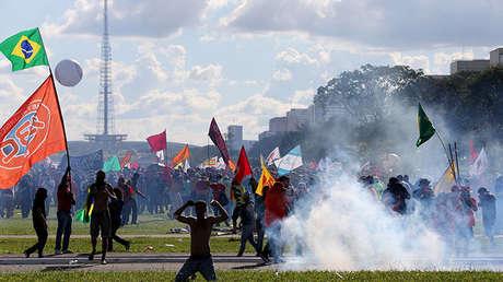 Los manifestantes participan en una protesta contra el presidente Michel Temer y el escándalo de corrupción más reciente, en Brasilia, Brasil, el 24 de mayo de 2017.
