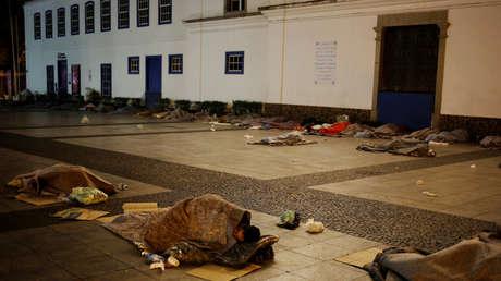 Personas sin hogar duermen en calle de Sao Paulo, 12 de junio de 2016.
