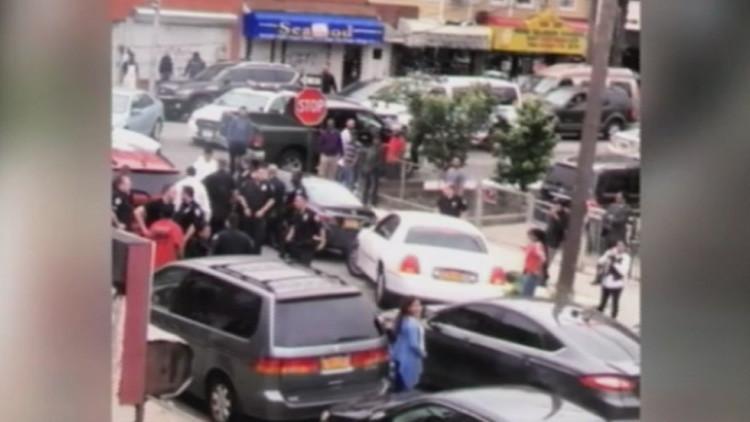 EE.UU.: Vecinos intentan evitar el arresto de un indocumentado por agentes de inmigración (VIDEO)