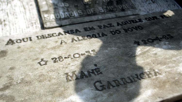 Desaparecen los restos del astro del fútbol brasileño Garrincha