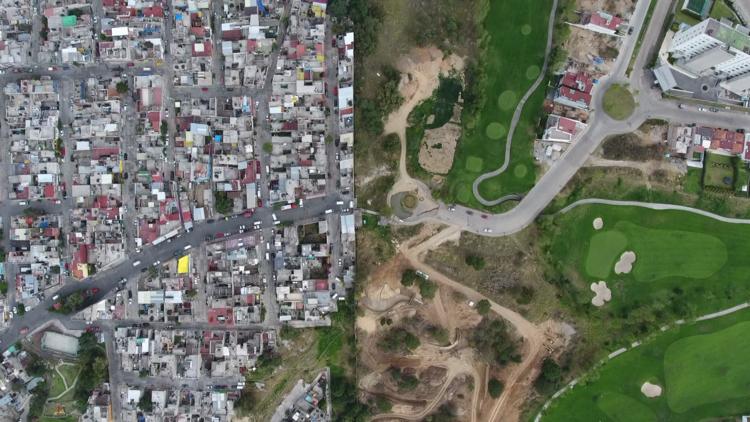 A vista de dron: El muro mexicano que separa el lujo de la pobreza (VIDEO)