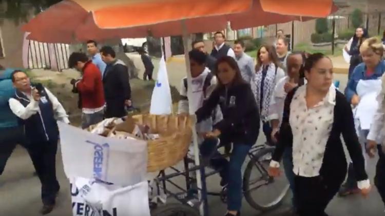 VIDEO: Política mexicana reparte pan en un triciclo durante su último día de campaña