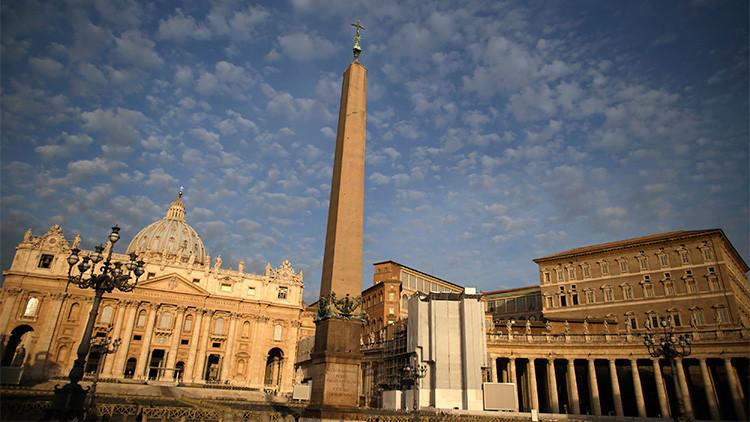 Video: Una nube de humo se eleva sobre el Vaticano
