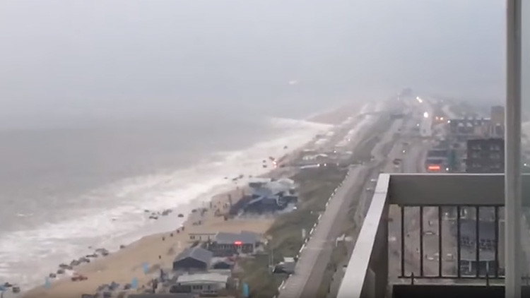 VIDEO: Un 'mini tsunami' sacude la costa de Holanda