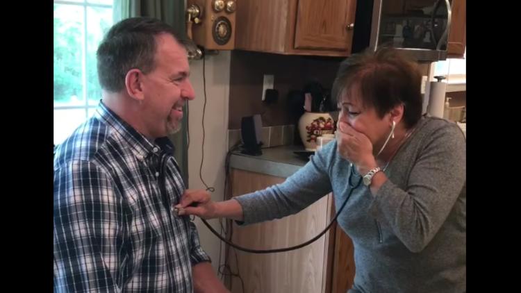 Así reacciona una madre al escuchar el corazón de su hijo fallecido en otro hombre (VIDEO)