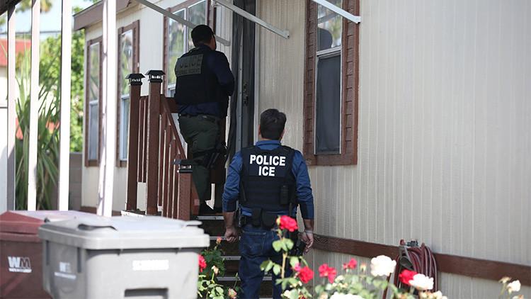 """""""Denuncie al indocumentado"""": Aparecen folletos contra los inmigrantes en EE.UU."""