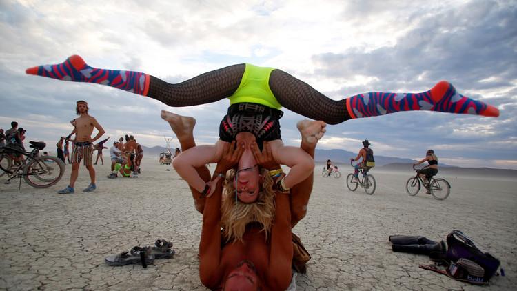Se fuga el gurú del yoga acusado de violación y obligado a pagar 6,8 millones de dólares