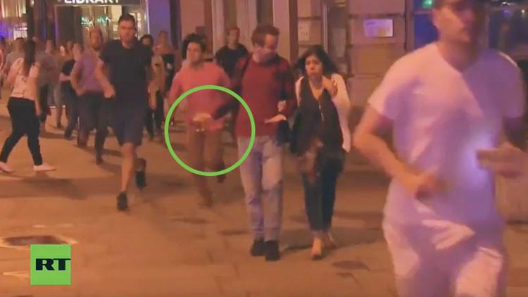 Atentados en Londres: El hombre que huye apaciblemente con su cerveza en medio del caos