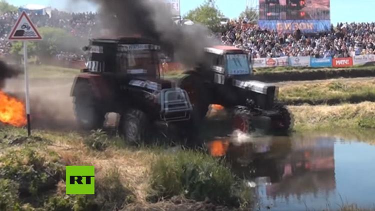 Contra el fuego y el agua: Carrera de tractores en Rusia (VIDEOS)