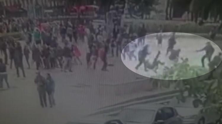Publican un video del ataque con martillo a un policía en la catedral de Notre Dame de París