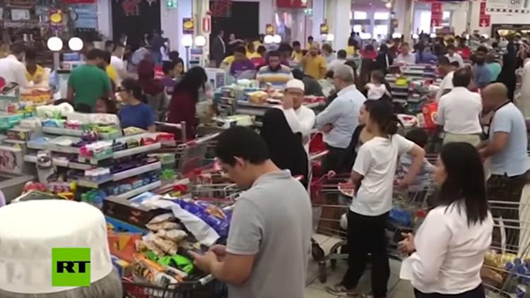 Video: Los cataríes vacían las tiendas por temor a la escasez, provocada por la crisis diplomática