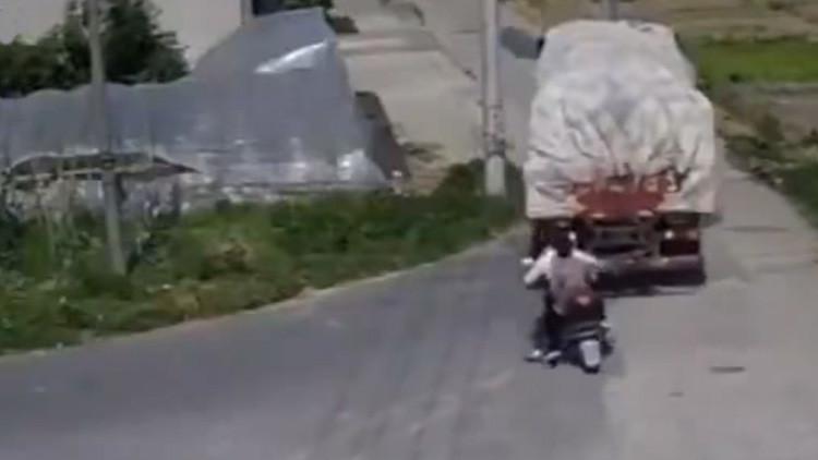 FUERTE VIDEO: Un camión da marcha atrás y aplasta a dos motociclistas en China
