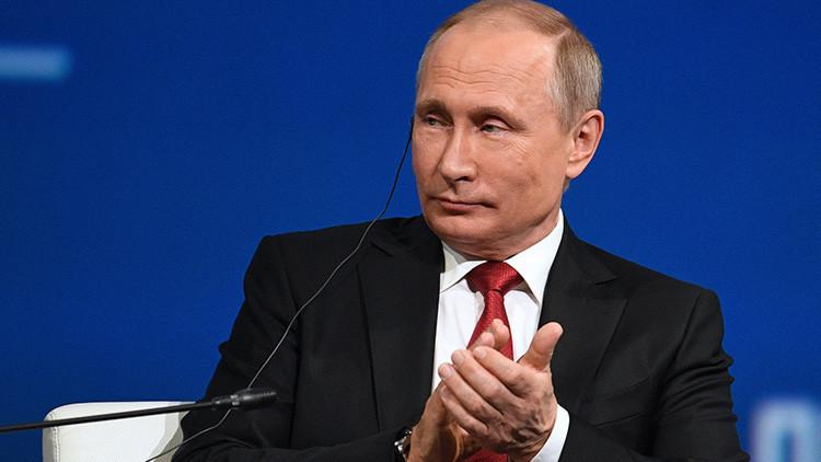 """""""Regalo típico de EE.UU."""": Oliver Stone regala a Putin una caja de DVD vacía"""